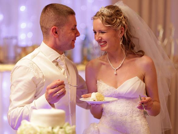 Brautpaar mit Hochzeitstortea, Hamburger Hochzeits DJ