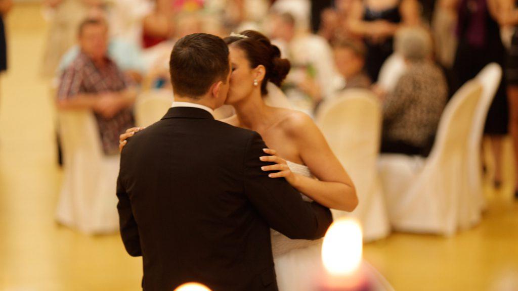 Hochzeitspaar-nach-Hochzeitstanz