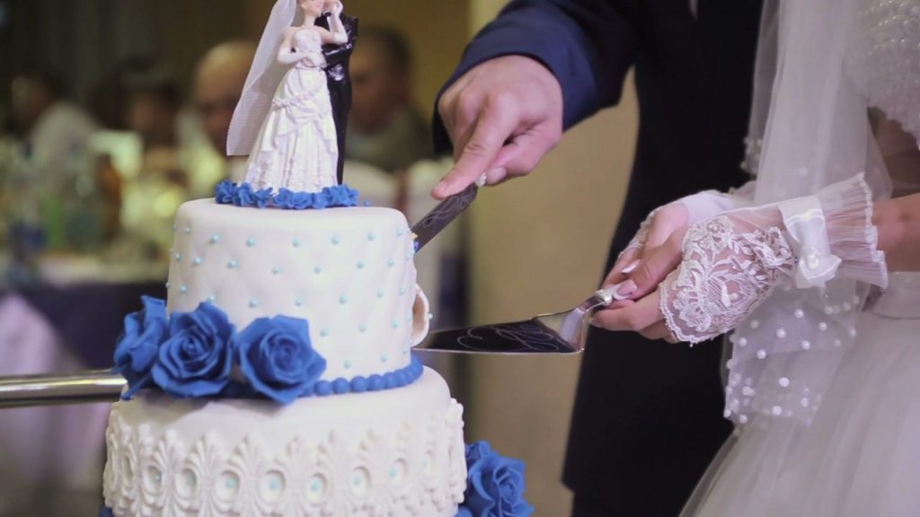 Hochzeitstorte-wird-angeschnitten