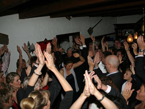 Gute Stimmung bei Partymusik auf Geburtstagsfeier