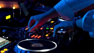 DJ Steve mixt Musik am DJ Pult auf Ihrem Geburtstag der Ihrer Hochzeit