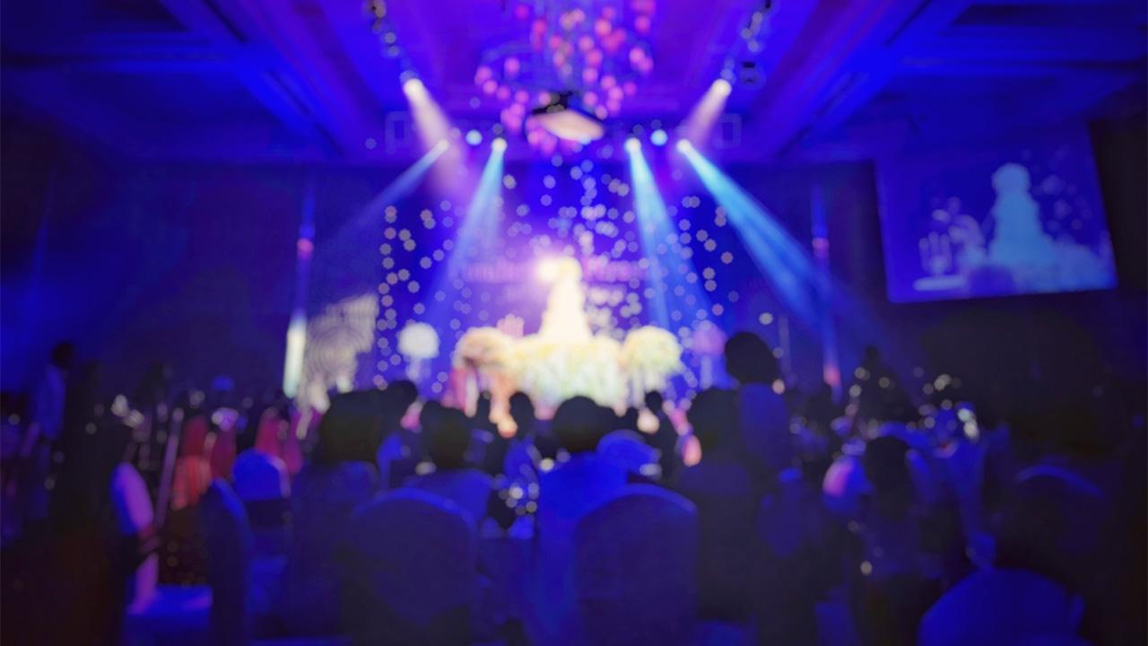 DJ Firmenfeier und Eventlocation mit vielen Menschen und einer Show, DJ Firmenevent, DJ Weihnachtsfeier