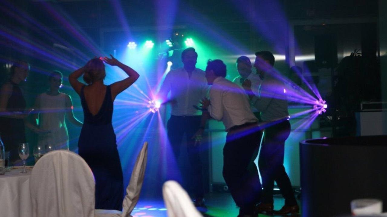DJ Geburtstag, Tanzende Menschen auf einer Party