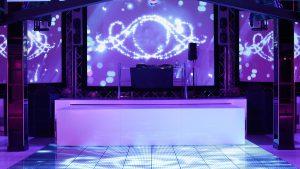 Tanzfläche mit Lichtaufbau und Sound